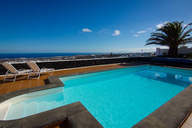 urlaub in lanzarote im ferienhaus mit pool am meer privatunterk nfte. Black Bedroom Furniture Sets. Home Design Ideas